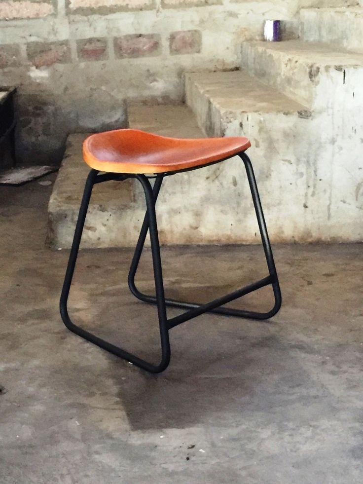Ontwerp: M.A. Nr. 5. VONNIE Chair. Verkrijgbaar in de kleuren Cognac, Camel en Zwart. Zithoogte chair: 45 cm. Afwerking: met stiksel / zonder stiksel. ** Levertijd ca. 12 weken **