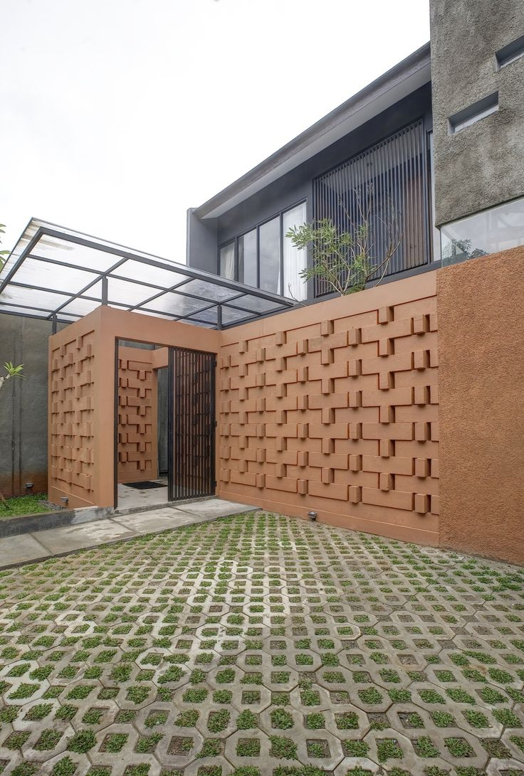 Completed in 2015 in Kembangan, Indonesia. Images by Ifran Nurdin, Bambang Purwanto. Located in Taman Meruya Ilir, West Jakarta region, Istakagrha meaning brick house,Situated in the increasingly crowded West Jakarta area, the 180 sqm...