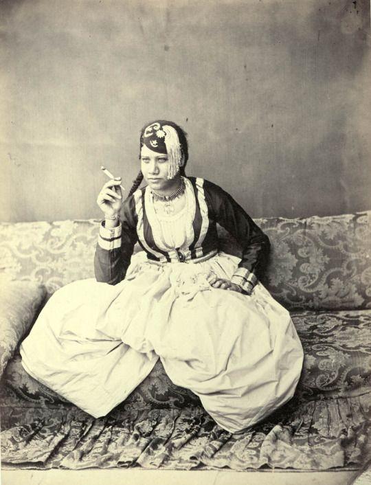 W. Hammerschmidt. Dame arabe habillée pour la maison. Egypte, vers 1860  Courtesy galerie Lumière des Roses  http://lumieredesroses.com/