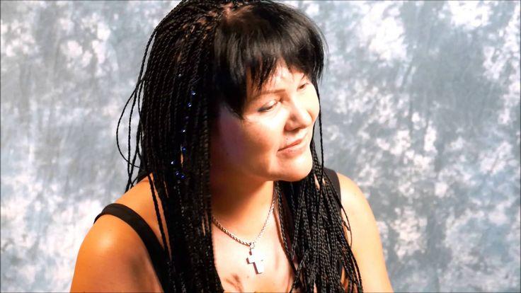 alina: schwarze rastazöpfe mit offenem pony und perlchen