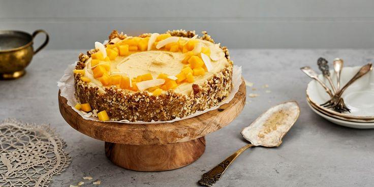 Tämä raakakakku on tehty taateli-pähkinäpohjaan ja täytteessä maistuu suloinen mangon ja kookoksen liitto. Kakku syntyy nopeasti ja helposti.