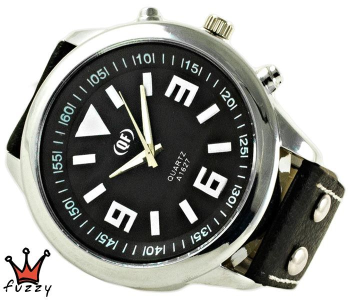 Ανδρικό ρολόι σε ασημίκαι μαύρο χρώμα με μεγάλα νούρμερα στο καντράν. Λουράκι σε μαύρο χρώμα από δερματίνη με λευκές ραφές. Διάμετρος καντράν 50 mm.