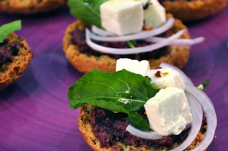 Bruschetta με φέτα, πατέ ελιάς και παξιμάδια Μεσόγειος Γεύση