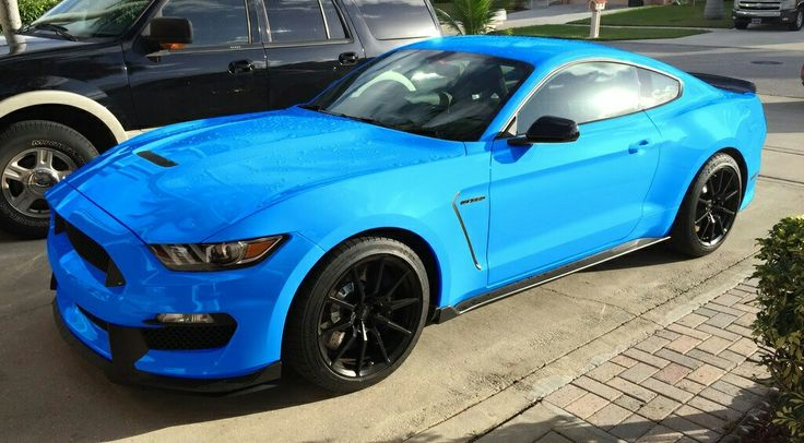 2017 Ford Mustang GT350 Grabber Blue paint looks amazing! I need one!