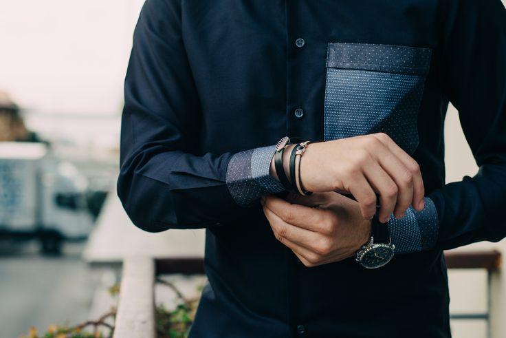 Τρικολίνα Αγγλίας (βαμβάκι). Γαρνιτούρα σε τσέπη και μανσέτα τρικολίνα Ιταλίας σχέδιο λαχούρι. Αξεσουάρ δερμάτινα βραχιόλια με μαγνητικά κουμπώματα.