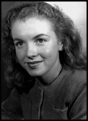 """1946 / METAMORPHOSE / Le 2 août 1945, la jeune Norma Jeane signe au sein de l'agence de mannequin « Blue Book Models Agency » dirigée par Emmeline SNIVELY. Dans son dossier d'entrée il est stipulé : « cheveux trop bouclés et indisciplinés, décoloration et permanente conseillées ». Au début de l'année 1946, sous les conseils de Miss SNIVELY, Norma Jeane se rend au salon de coiffure hollywoodien alors très en vogue, le """"Frank & Joseph Hair Stylists"""". Emmeline explique a Norma qu'éclaircir ses…"""