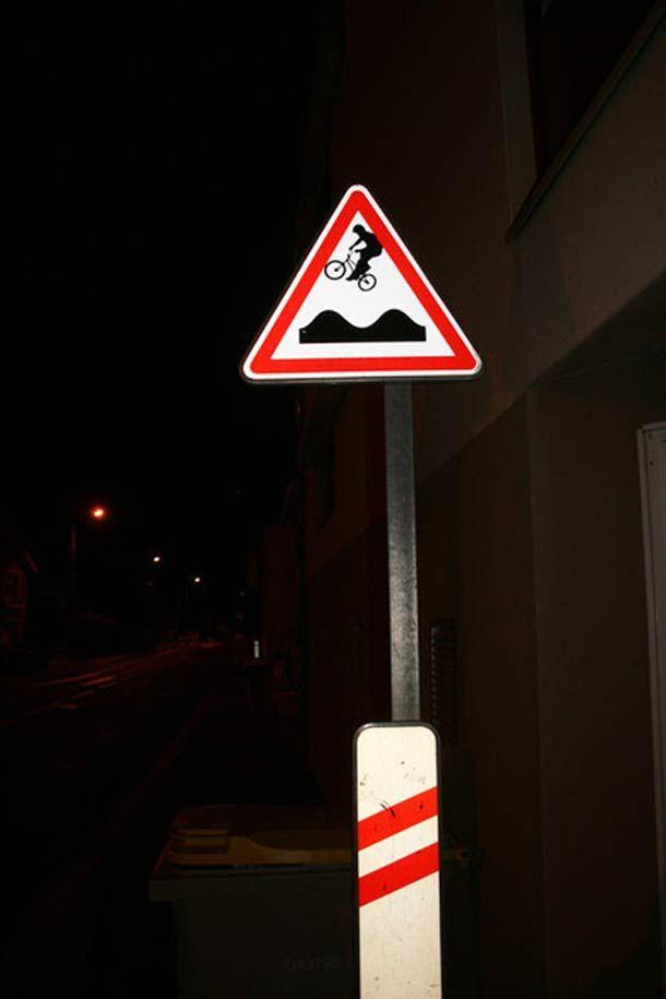 détournements de panneaux de signalisation, signée cette fois par l'artiste français Jinks Kunst.