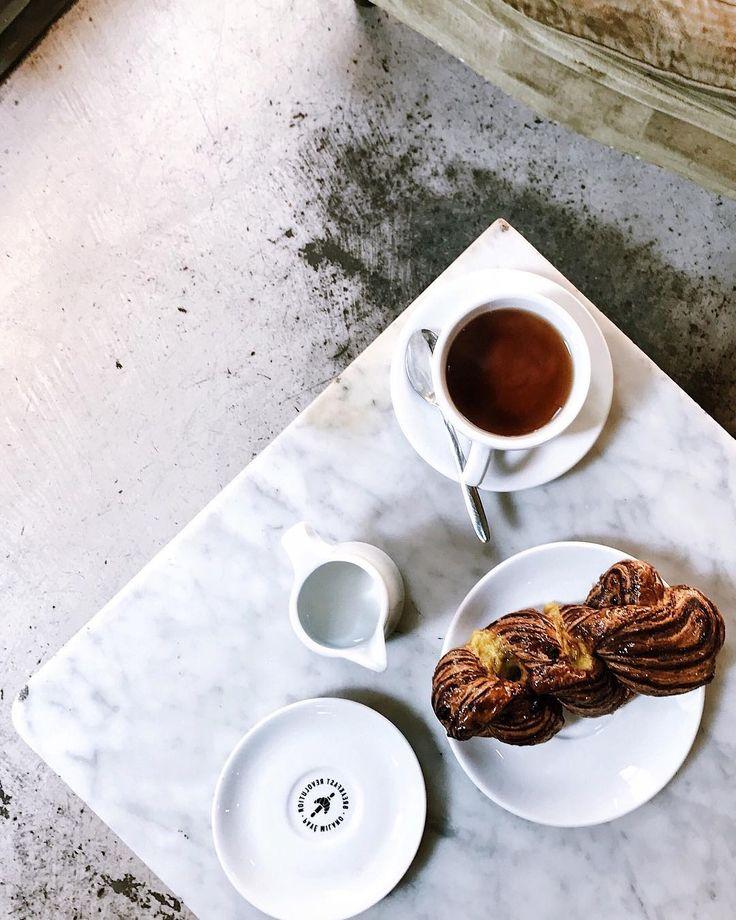 La sognavo da Palermo la loro treccia al caffè e tra un impegno ed un altro sono volata nel posto dei sogni. Quello con i tavoli Instagrammabili e i cornetti uno più bello dell'altro.  Una bimba, il giorno di Natale, nel negozio di giocattoli.  Li vedete i miei occhi a cuore?  #simpleandbeyond #folkgood #ifoodit #jj_indetail  #tv_depthoffield  #rsa_vsco  #foodvsco #foodtography #foodgraphy #heresmyfood #gloobyfood #thekitchn