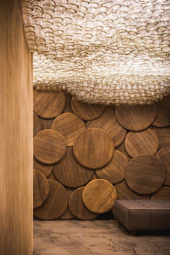 un chai qui s'inspire de la matière première (bois et verre) Shustov Brandy Bar / Studio Belenko