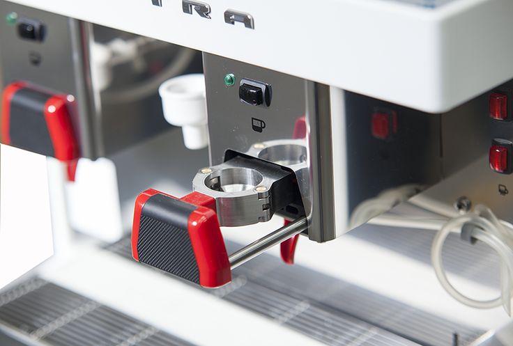 Elegante, revolucionaria, precisa… ¡Sé el primero en estrenar lo último en cafeteras profesionales! ¡Las cápsulas llegan a las máquinas espresso #Elektra! Descubre #2Go #LussoProdec #innovacion #diseño #cafeteras