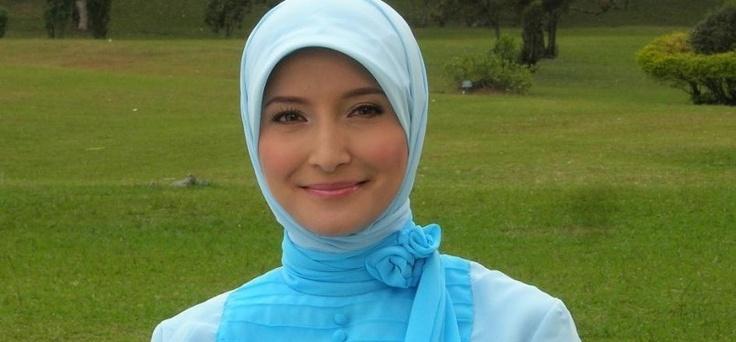Memakai jilbab adalah hal yang mudah jika sudah terbiasa, terlebih jika dibantu dengan tips memilih jilbab sesuai dengan bentuk wajah.