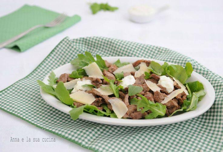 Gli straccetti di vitello con rucola e scaglie sono un secondo piatto gustoso, fresco e anche molto veloce, perfette per chi ha poco tempo in cucina.