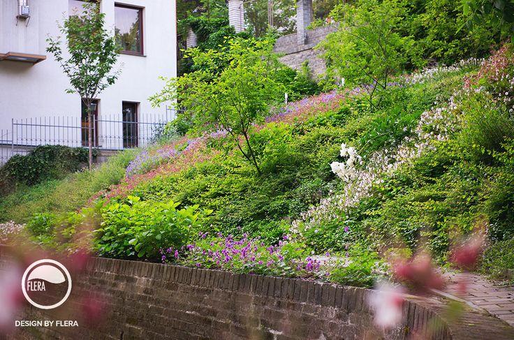 Rozkvitnutá záhrada vo svahu pri dome