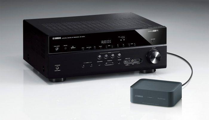 MusicCast, c'est le nom du protocole propriétaire multiroom audio utilisé par Yamaha. On le trouve bien sûr intégré à toute une série d'enceintes sans fil de la marque mais aussi sur des barres de son et des amplificateurs Home Cinema.  Comme tous ses concurrents, Yamaha propose également un lecte