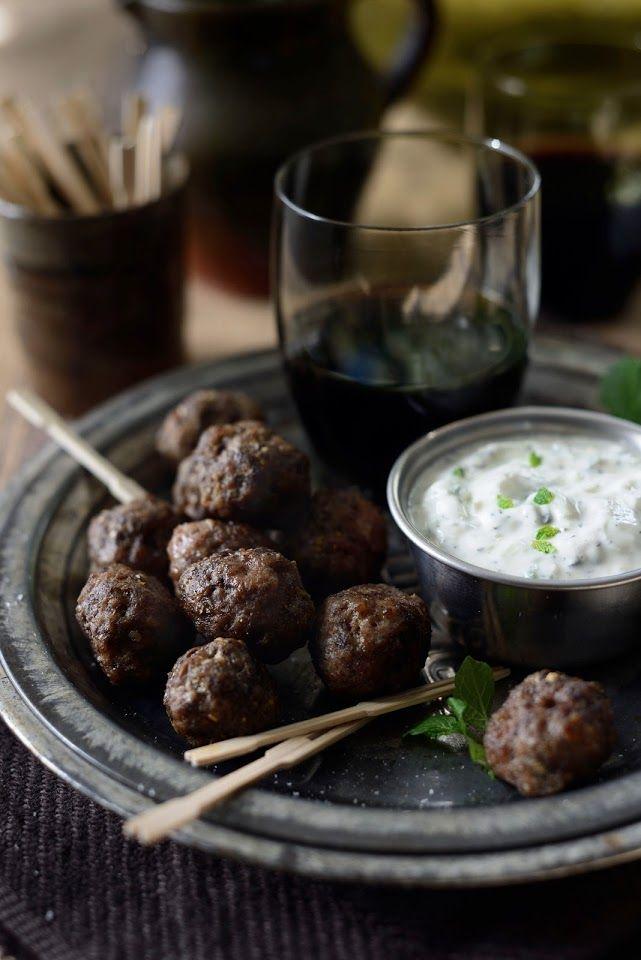 Würzige Naher Osten Fleischbällchen mit Mast-o-Khia (Persisch Joghurt-Gurken-Dip-Sauce)