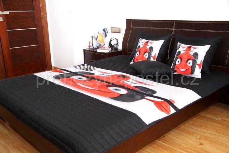 Černé přehozy na postel s červenou dětskou formulí