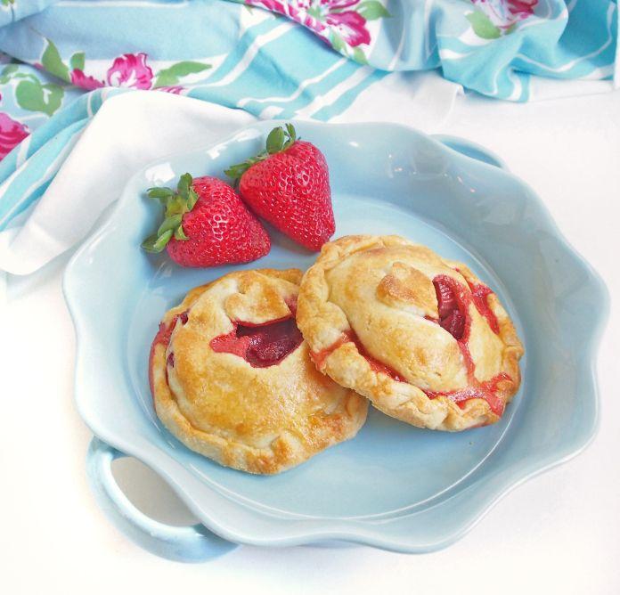 Strawberry Rhubarb Hand Pies #strawberryrhubarb #rhubarbpie
