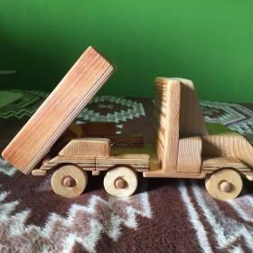 Kézzel készített nagy méretű platós teherautó fából, dönthető platóval. Kitűnő játék gyerekeknek.