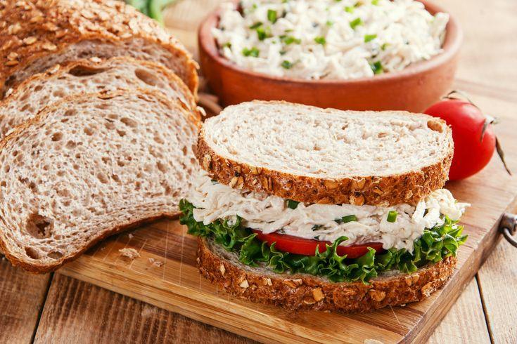 Haşlanmış tavuklu sandviç tarifi, süzme yoğurt veya mayonezle birleşen tavukların güzelliğini, kepekli ekmeğin hafifliği ile birleştiriyor. Afiyetler olsun!