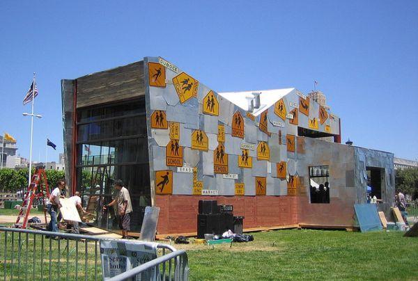 Five stunning and inspiring homes made using recycled materialsA Casa de sucata:  Olhando para a casa de sucata você não será capaz de acreditar que ele é feito de apenas materiais de sucata. Algumas pessoas muito brilhantes se uniram para projetar, planejar e que esta casa seja uma realidade. Alguns arquitetos, artistas, engenheiros, funcionários municipais e empreiteiros de San Francisco deram as mãos para construir a incrível Scrap House em 2005 para celebrar o Dia Mundial do Meio…