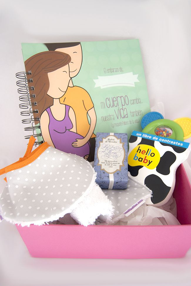 Pack moñaditas de regalo para embarazada. Con regalos para la futura mami y el bebé. Un libro de recuerdos del embarazo, un babero, una toallita de lactancia, un libro de contrastes y jabón de Olivia Soaps
