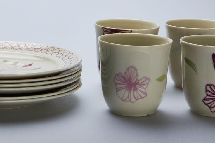 Med inspiration i Tuxen pryder sarte pasteller og smukke blomster dette stel.Morgenkaffen skænkes er Skagens Kunstmuseers helt eget kaffestel.