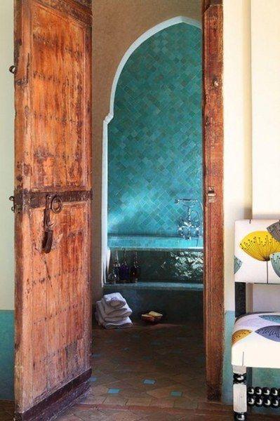 Необычное оформление стен в ванной комнате (24 фото)