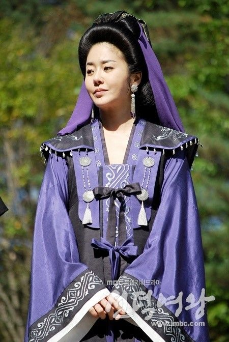 Queen Seondeok(Hangul:선덕여왕;RR:Seondeok Yeowang) is a 2009South Koreanhistorical drama as part ofMBCtelevision network 48th-founding anniversary special drama, starringLee Yo-won,Go Hyun-jung,Uhm Tae-woong,Park Ye-jin,Kim Nam-gilandYoo Seung-ho. It chronicles the life ofQueen Seondeok of Silla. It aired on MBC for 62 episodes.  미실 고현정