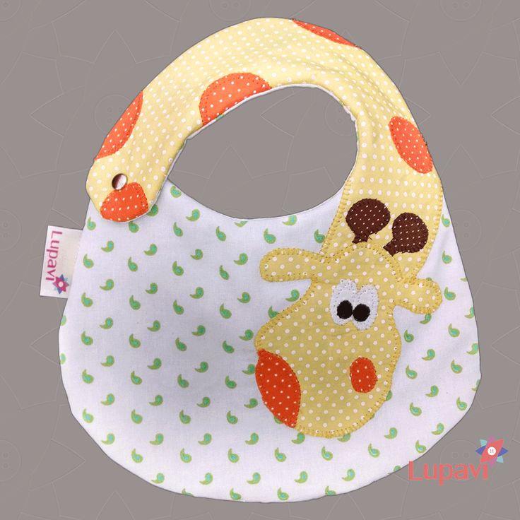 Novidade para os pequenos Babador Girafa Lupavi Patchwork  A girafinha com o seu…