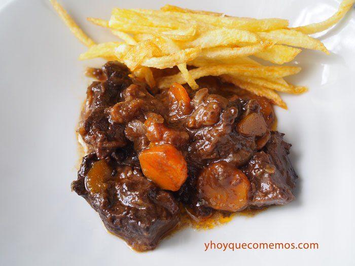 Carne de Novillo Guisada. Guiso de carne joven de novillo en olla exprés y olla rápida. Receta fácil de carne de toro. Guiso de carne de novillo tierno.