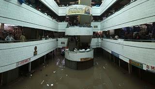 Suasana Pasar Cipulir yang tergenang banjir pada bagian lantai dasar, Jakarta Selatan, Jumat (18/1). Banjir yang menggenangi ITC dan Pasar Cipulir mengakibatkan sebagian besar pedagang di lantai dasar kedua bangunan tersebut tidak dapan melakukan aktivitas perdagangan.