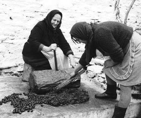 Πολτοποίηση ελιάς με ξύλο στην Βουλγαρινή 1980__Φωτογράφος Τάκης Τλούπας