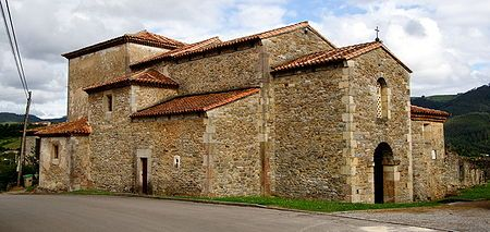 La iglesia de San Juan, en Santianes de Pravia, edificada por orden del Rey Silo. En esta aparecen prácticamente todos los elementos del prerrománico asturiano, aunque en esencia sigue a lo visigodo.