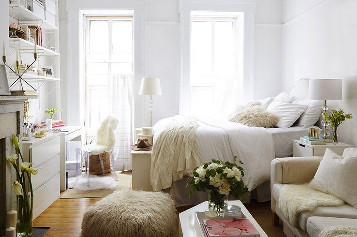 Klein wonen? Witte muren maken het ruimtelijk. Met accessoires, textiel en bloemen kan je kleur toevoegen   Wooninspiratie IKEA IKEAnl IKEAnederland slaapkamer SKOLD vacht schapenvacht MICKE bureau KULLEN ladekast kast KOMPLEMENT plank URSULA plaid deken LINBLOMMA dekbedovertrek overtrek beddengoed inspiratie