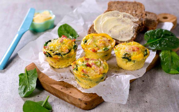 Oppskrift på små omeletter, eller mini-frittata, fylt med godsaker som spinat og skinke. Supert å ha i matboksen til lunsj eller etter trening. Den perfekte matpakke!