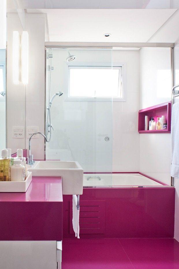 A cor prefererida da moradora é o magenta, por isso, o banheiro não poderia ser de outra cor. Os detalhes em pink - piso, bancada, nicho do boxe e em torno da banheira - são de Silestone Magenta (Foto: Célia Mari Weiss/Divulgação)