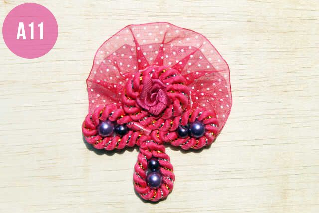 Bros Cantik dari kain renda motif polkadot dengan hiasan tali spiral, mate dan bunga