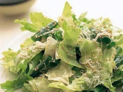 グッチ 裕三さんのレタスを使った「感嘆サラダ」のレシピページです。あまりのおいしさに感嘆!してしまうごま油と塩のみを使った上品な味が秘けつの簡単サラダ。こしょうやかんきつ類の汁などは絶対に入れないでね。 材料: レタス、わけぎ、しらす干し、白ごま、ごま油、塩