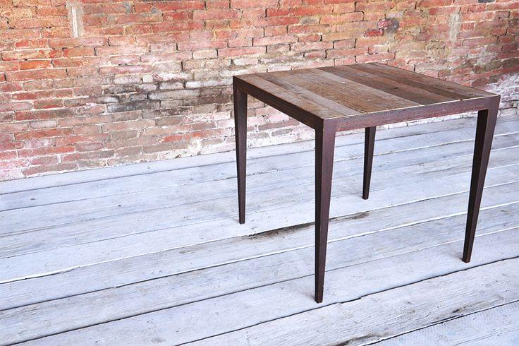 Interior design recupero il tavolo spillo viene realizzato con una particolare base in ferro che richiama la linea dei vecchi tavoli in legno ma con uno stile contemporaneo dato l'utilizzo del ferro nella finitura ossidata. SESTINI E CORTI