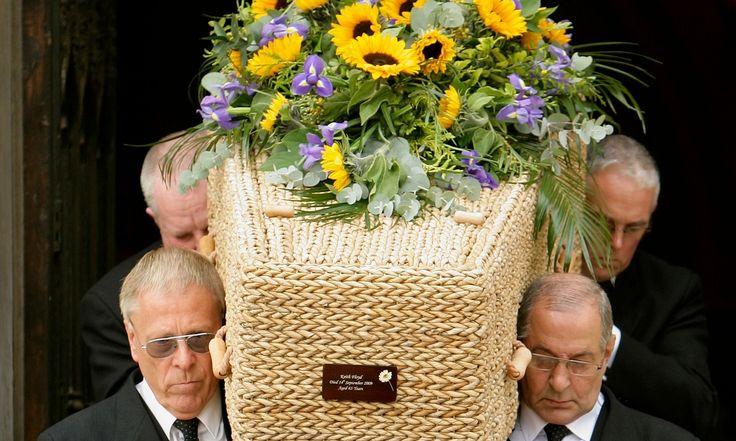 喪葬費用的升高讓很多人決定擺脫傳統的喪禮模式,包括定番的用品。例如這是芭蕉葉作的棺材,還有厚紙板棺、竹片棺,或者可以用火箭發射你的骨灰。