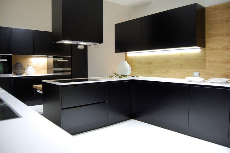 Luksus i szyk-czarna kuchnia i białe posadzki https://www.homify.pl/katalogi-inspiracji/9186/trendy-czern-w-kuchni