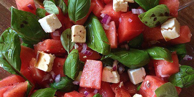 Lækker opskrift på vandmelonsalat med feta, basilikum og rødløg samt balsamico som dressing. Den skal nok få positive kommentarer, fra dem du serverer den for.