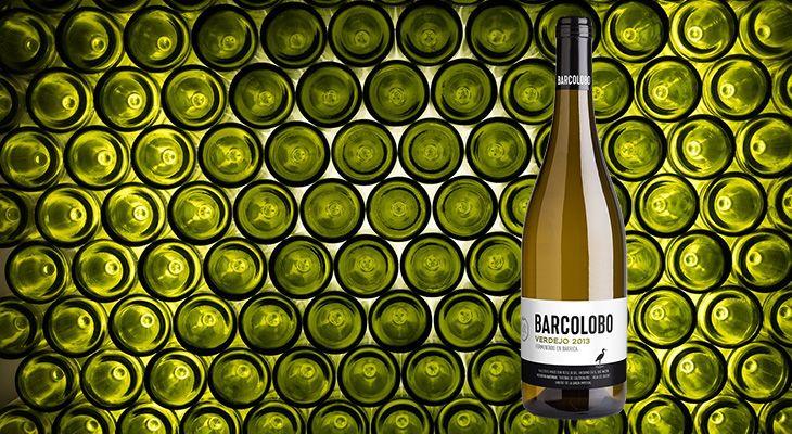 """El vino blanco siempre es una buena opción, pero, con la llegada del buen tiempo, todavía lo es más. Además, una copa de vino blanco contiene antioxidantes y menos de 70 kcal. BARCOLOBO, bodega boutique ubicada en la reserva natural """"Riberas de Castronuño-Vega del Duero"""" en Valladolid, presenta la añada 2015 de su BARCOLOBO Verdejo, un vino blanco fermentado en barrica, elegante, con estructura y personalidad y con un perfecto equilibrio entre fruta y madera. Cómo tomarlo El vino blanco…"""