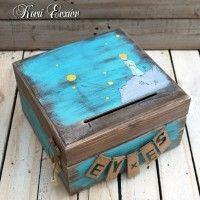 Ξύλινο χειροποίητο κουτί ευχών Μικρός Πρίγκιπας με σχισμή στο καπάκι για να ρίξουν μέσα τις ευχές τους οι καλεσμένοι σας. Στο εμπρόσθιο τμήμα υπάρχουν