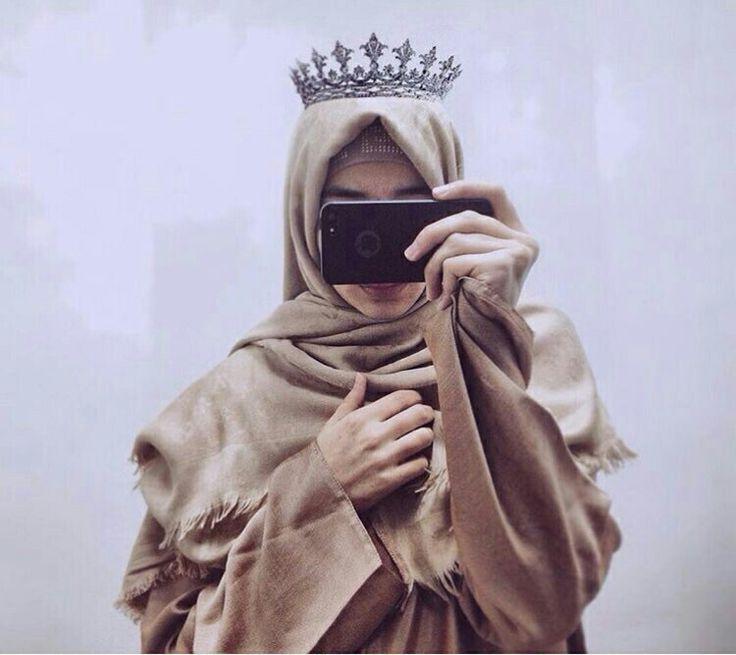 Картинка девушка в платке с короной