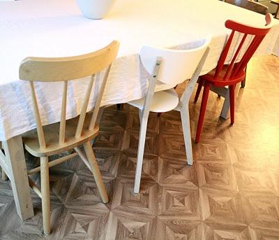 verschillende stoelen in verschillende kleuren