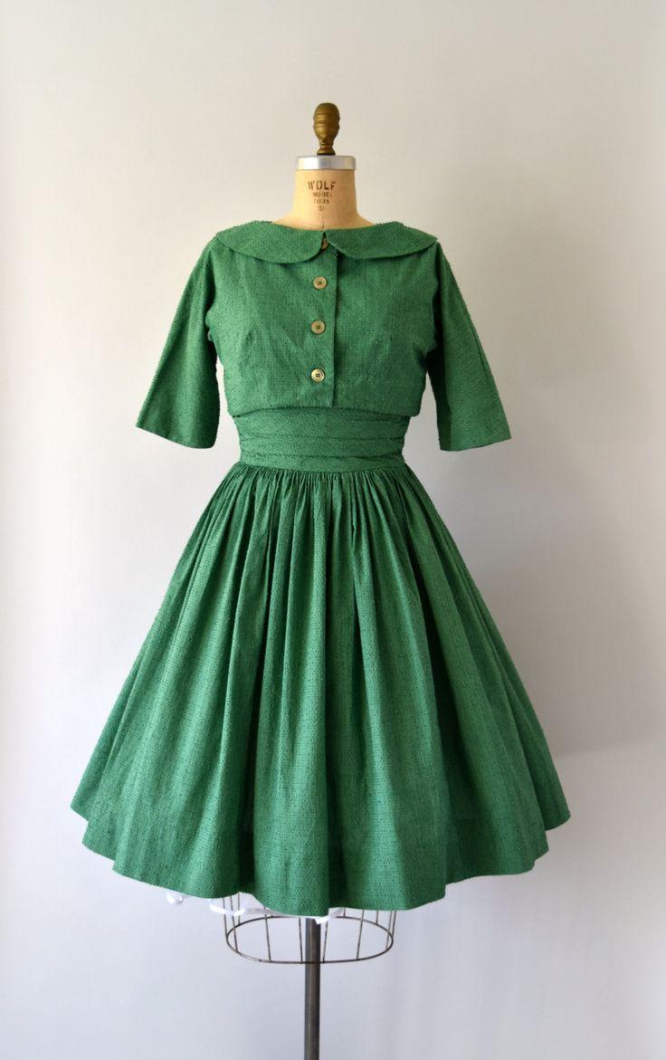 GERESERVEERD VOOR JOANNA--NIET KOPEN!     Sweet vintage jaren 1950 Jonathan Logan jurk instellen, bitmappatroon groen katoen lichaam.  Jurk beschikt over een vierkante hals, plank buste, taille cumberbun, zeer volledige rok en verborgen terug metalen rits.  Bijpassende bijgesneden bolero met afgeronde kraag, driekwart mouwen lengte voor en achter € knop.  ---M E EEN S U R E M E N T S---  Pasvorm/grootte: kleine  Bust: 35-36 Taille: 26-27 Heupen: gratis Lengte: 41  Maker/merk: Jonat...