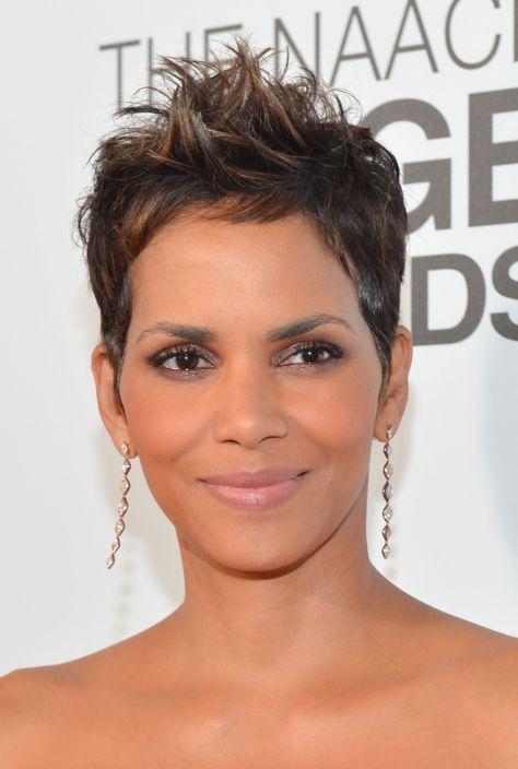 18 atemberaubende kurze Frisuren für jedes schwarze Frauen