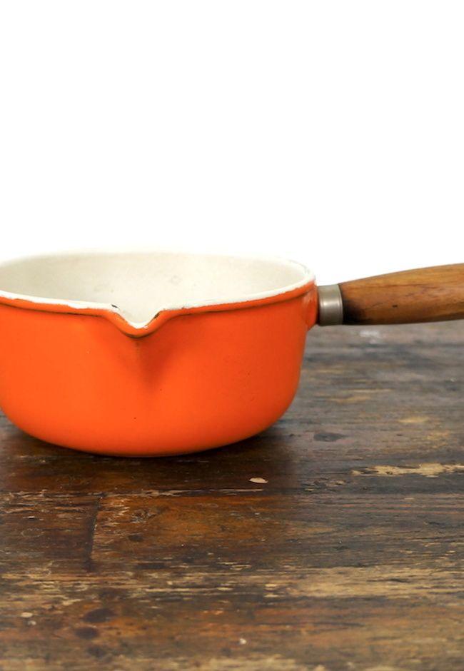 Oranje gietijzeren steelpan Le Creuset met schenktuit en houten handvat maat 16