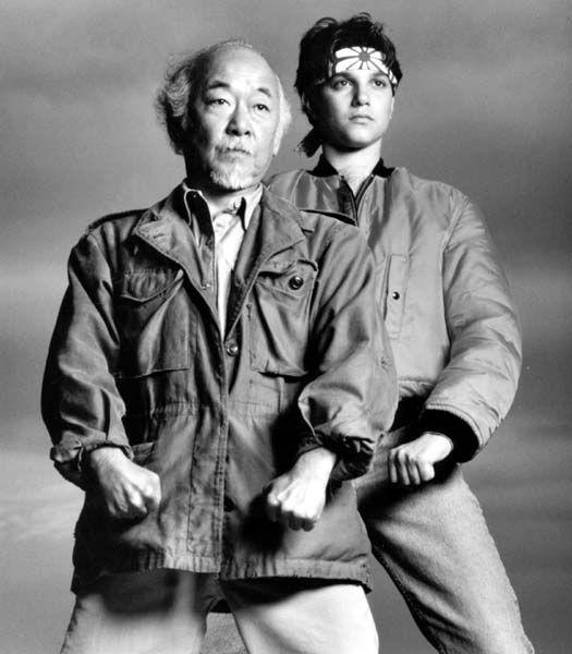 """""""Karate Kid"""", excelente película. Buenas actuaciones de Ralph Macchio y Pat Morita. Lecciones de karate y filosofía oriental. Memorable la escena donde Miyyaggi salta el cerco y da una paliza a los """"Cobras"""", sus contendores."""